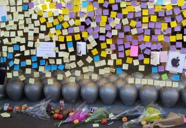 One window of Apple Store Fashion Valley, San Diego, fills with notes of well wishes and remorse for the passing of Steve Jobs, Oct. 8, 2011. [Joe Wilcox]