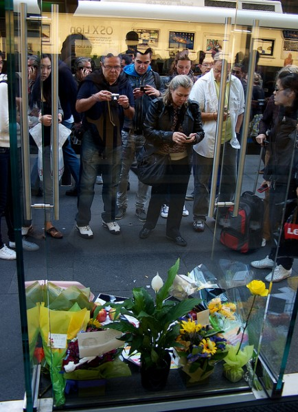 Mourners gather outside Apple Store, Sydney. [JAM Project]