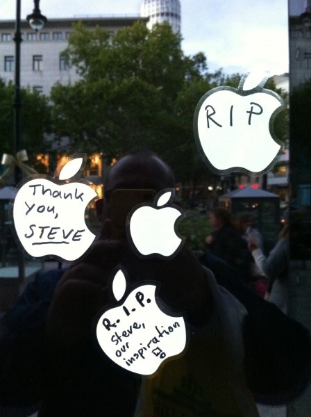 Close-up of notes on the unopened Berlin Apple Store, October 7, 2011.  [@jsaaby]