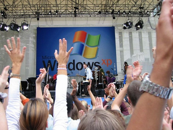 Sting performs in Bryant Park, as part of Windows XP launch festivities, Oct. 25, 2001. [Tammy Loh]