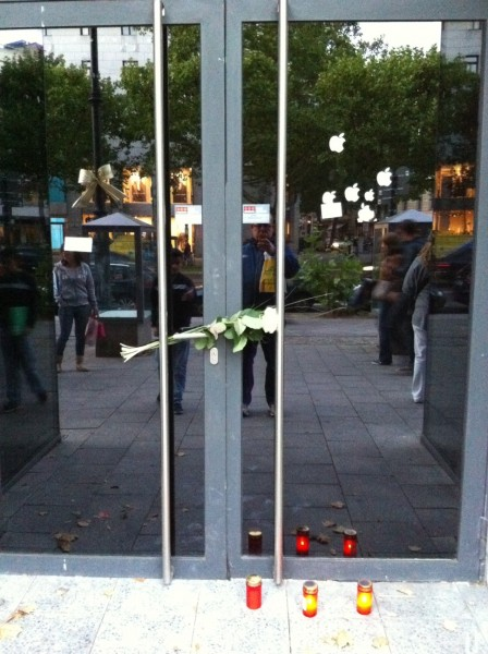 Future Apple Store in Berlin, with notes left and candles remembering Steve Jobs [@jsaaby]
