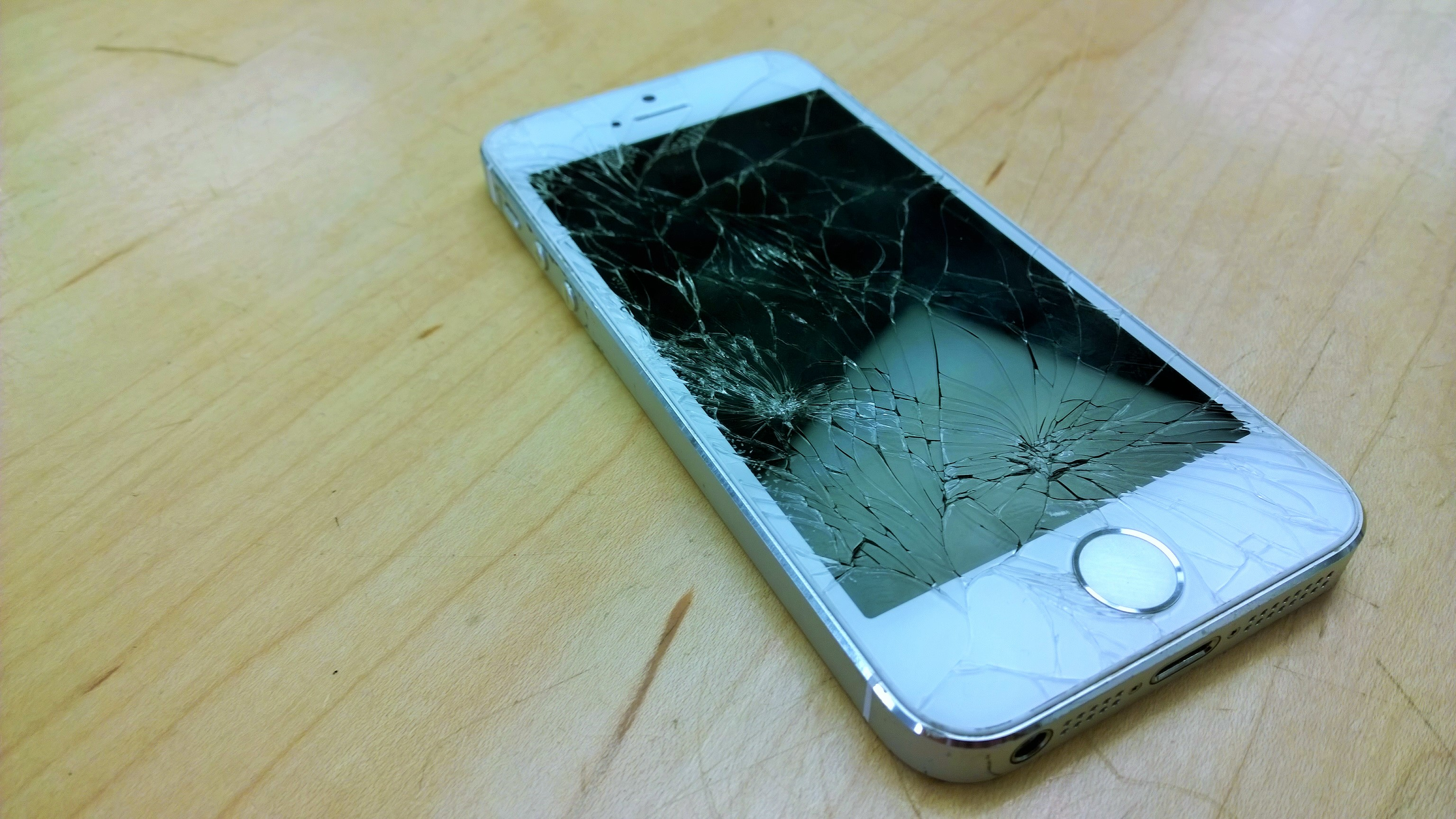 cracked iphone 5s screen why is iphone so destructible 13902