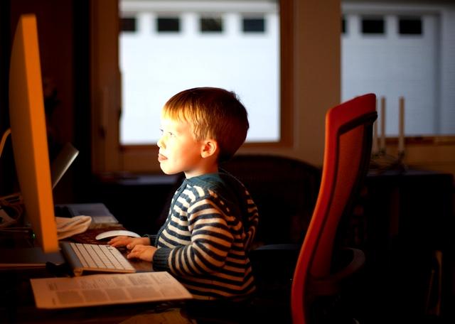child_using_computer_contentfullwidth