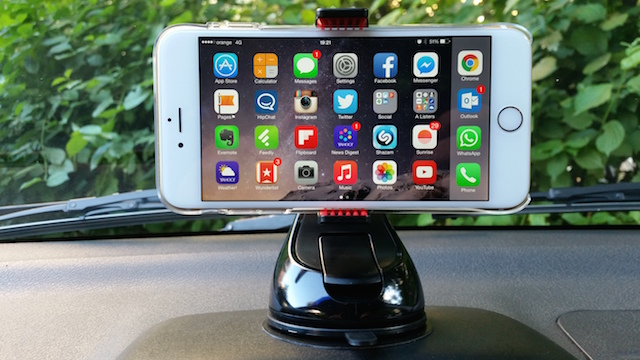 Montar Universal Car Mount with Apple iPhone 6 Plus mounted