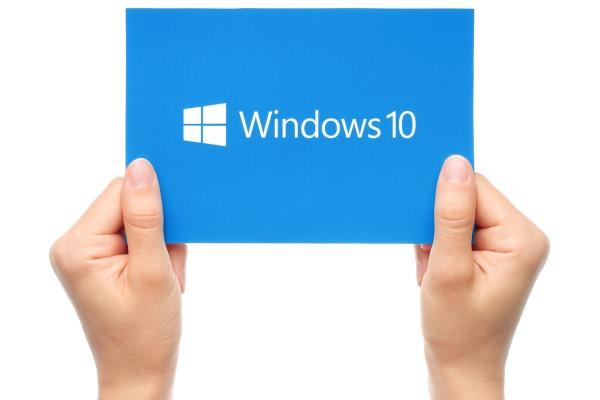 windows_10_logo_in_hands