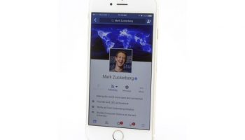 mark-zuckerberg-facebook-iphone