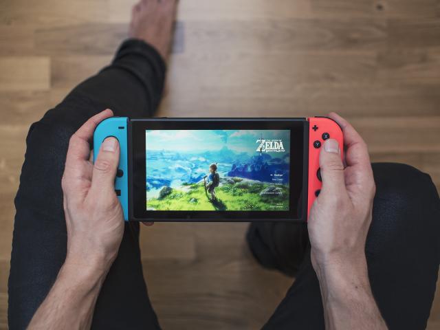Nintendo_Switch_hands_Zelda