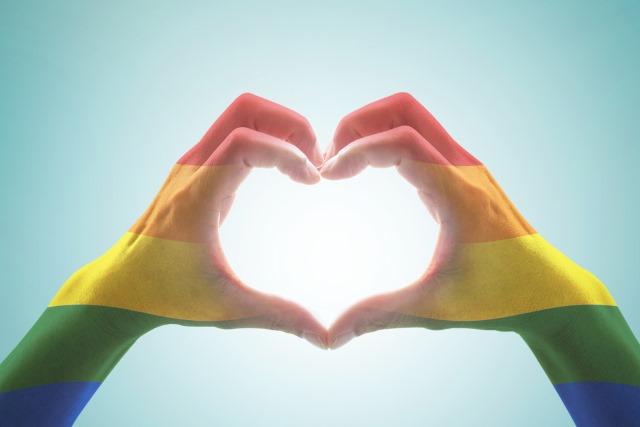 rainbow-heart-hands