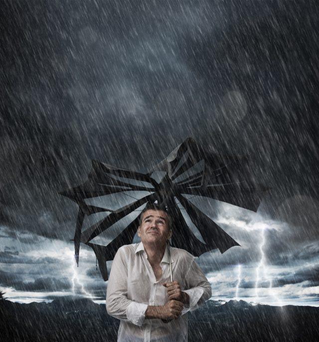Gebrochener Regenschirm im Sturm