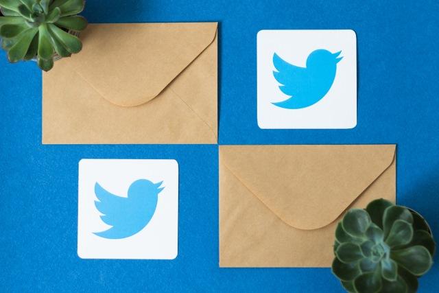 Twitter-Logo und Umschläge